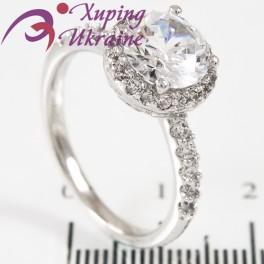 Кольцо родиум Круглый камень 0,8 в 4х держ. в оправе мелких камней, по 5 по стор.