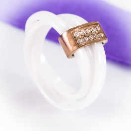 Белое керамическое кольцо с позолоченное вставкой